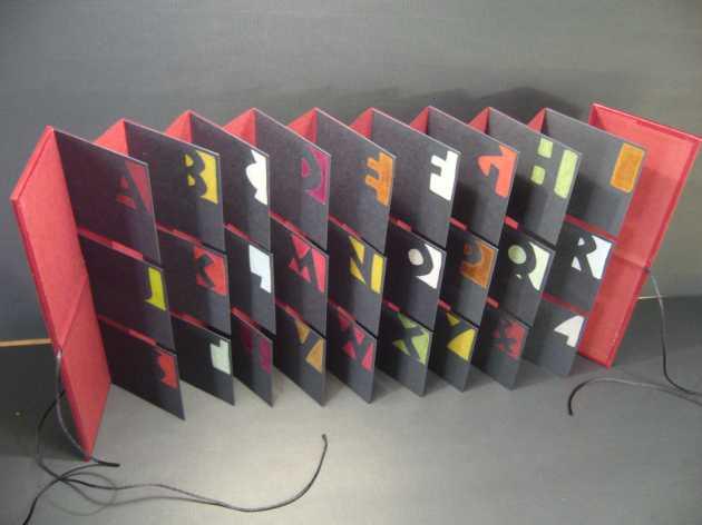 """""""Rouge, noir, etc."""" Livre-drapeau, Neuland, crayons couleur"""