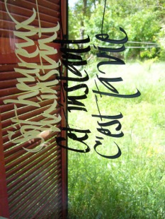 Calli sur vitre, à l'atelier