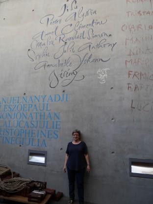 Les prénoms au pochoir sur le mur de l'éstba, entre ceux des promotions 1 et 2